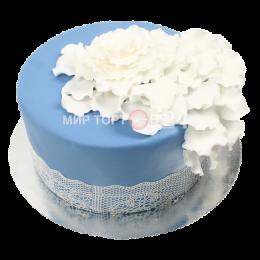 Торт свадебный одноярусный небесного оттенка с белыми цветами
