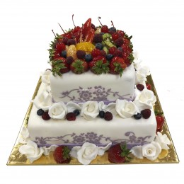 Торт квадратный свадебный двухъярусный украшен фруктами