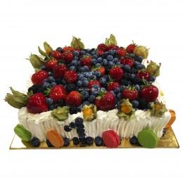 Квадратный праздничный торт со свежими ягодами