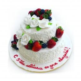 Торт свадебный двухъярусный украшен цветами из мастики и клубникой