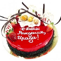 Торт праздничный, покрытый красным мирруаром и украшенный клубникой