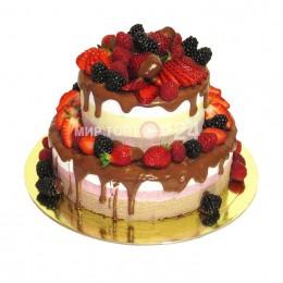 Торт праздничный в два яруса, политый темным шоколадом и украшенный свежими ягодами