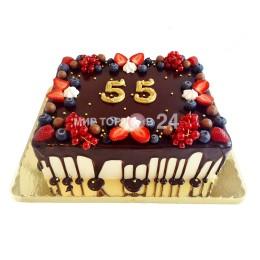 Торт праздничный на день рождение, юбилей, украшенный свежими ягодами