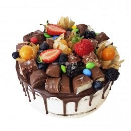 Торт праздничный в один ярус, украшенный конфетами, свежими ягодами