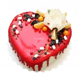 Торт праздничный в форме сердца, украшенный белым цветком и ягодами