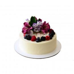 Торт праздничный белый со свежими ягодами и цветами