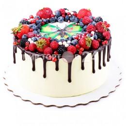 Торт детский в один ярус, украшенный фотопечатью и свежими ягодами вокруг