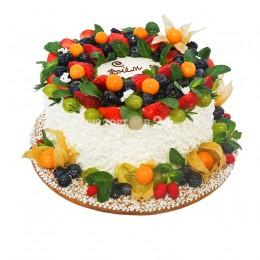 Торт праздничный в один ярус, украшенный разнообразными ягодами, физалисом