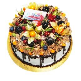Торт праздничный в один ярус с множеством ягод и поздравительной открыткой