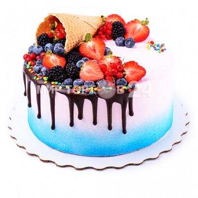 Торт праздничный цветной с разнообразными свежими ягодами с вафельным рожком