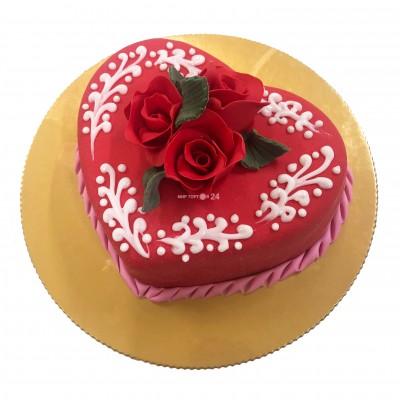 Торт праздничный на 8 марта в форме сердца с розами и белыми узорами