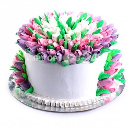 Торт праздничный в один ярус, покрытый множеством разноцветных тюльпанов