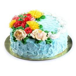 Торт праздничный голубого оттенка, украшенный розами и астрами