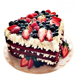 Торт праздничный с открытым бисквитом в форме сердца со свежими ягодами