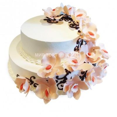 Торт праздничный в два яруса молочного оттенка с бутонами цветов