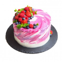 Торт праздничный малинового оттенка со свежими ягодами