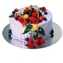 Торт праздничный белоснежный с большим ассортиментом ягод