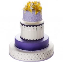Торт свадебный с разнообразными оттенками на ярусах и цветами лилий