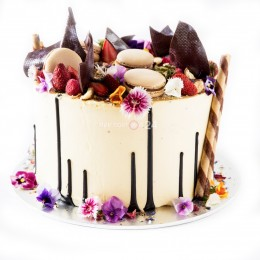 Торт праздничный в один ярус с цветами, макарони и перьями шоколада