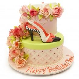 Торт праздничный с цветами и фигуркой туфельки