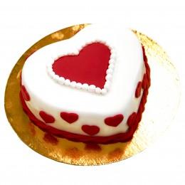 Торт праздничный в форме сердца с небольшим красным сердечком посередине