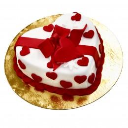 Торт праздничный в форме сердца с маленькими сердечками и красным бантом