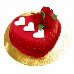 Торт праздничный в форме сердца с белыми сердечками