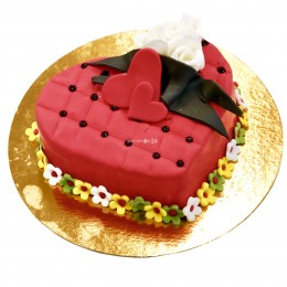 Торт праздничный в форме сердца с белой розочкой