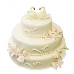 Торт свадебный с цветами и голубями