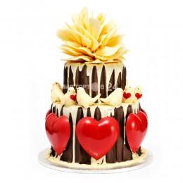 Торт свадебный с голубями и сердцами