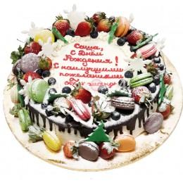 Торт праздничный с макарунами и ягодами