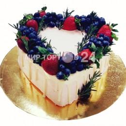 Торт праздничный  в форме сердца, украшенный по краям клубникой и голубикой
