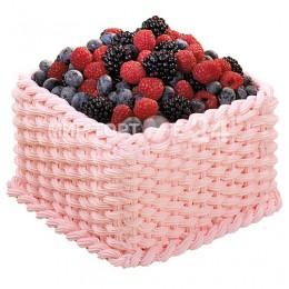 Торт праздничный в нежно-розовой корзинке с ягодами