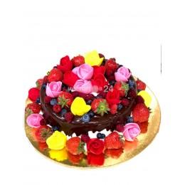 Торт праздничный с розами и макарунами