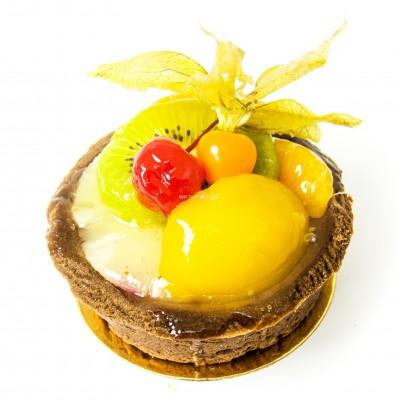 Радуйте себя и близких вкусным пирожным корзина с шоколадом и фруктами