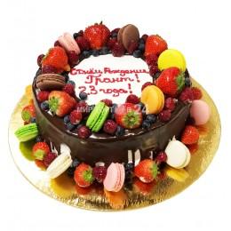 Торт праздничный с макарунами, фруктами и розами