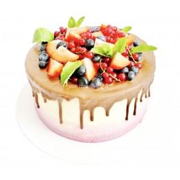 Торт праздничный залитый шоколадом и украшенный свежей смородиной и кусочками клубники