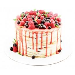Торт праздничный залитый красной глазурью и украшенная ягодами