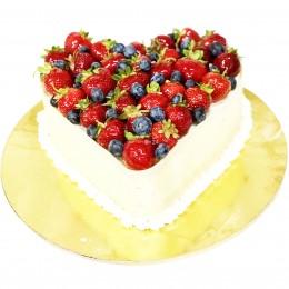 Торт праздничный  в форме сердца с ягодами